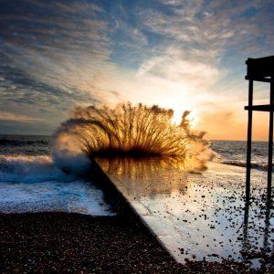 wave-breaks-in-the-dike-1920x1080